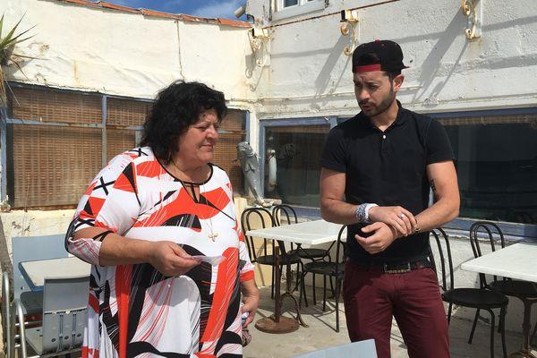 Dora et Alexandre sur la terrasse de leur restaurant dans la calanque du Ponteau à Martigues Lavera.