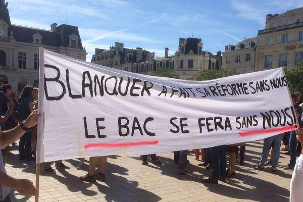Une soixantaine d'enseignants a manifesté ce matin dans le centre-ville de Poitiers.