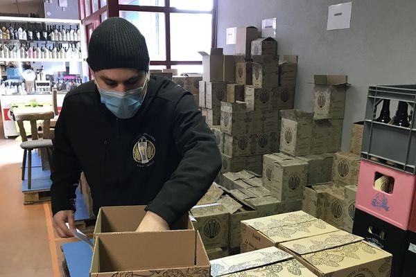 Jean-Aimé Rugiero prépare ses commandes de bières solidaires : 50 centimes seront reversés aux soignants à chaque bouteille vendue.
