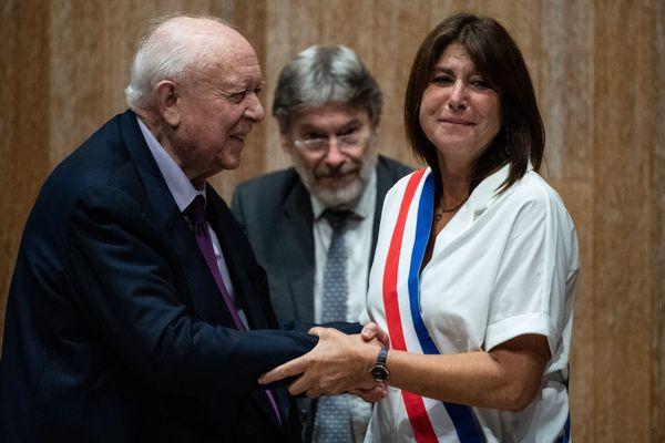 Michèle Rubirola, nouvelle maire de Marseille, félicitée par son prédécesseur Jean-Claude Gaudin.
