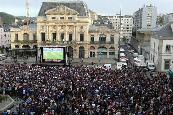 La place De Gaulle noire de monde ce dimanche soir pour la finale de l'Euro