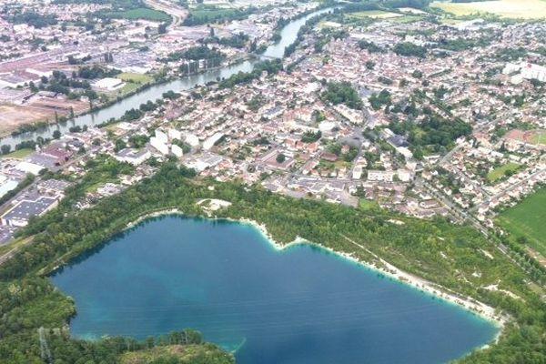 Vue aérienne sur le lac des Ciments à Beaumont sur Oise (Val-d'Oise)