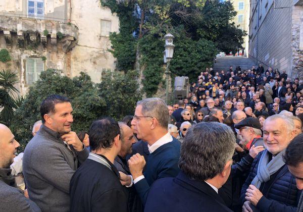 Pierre Savelli entouré de ses partisans, lors de l'annonce de sa candidature.