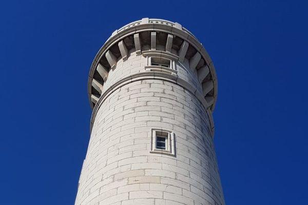 Le  phare Saint-Louis culmine à 34 m de hauteur