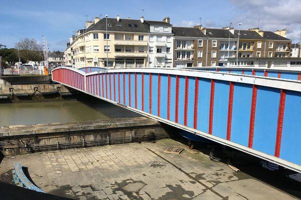 Bleu et rouge, le pont tournant se sépare en deux parties pour laisser entrer ou sortir les bateaux. Il subira des travaux en 2020.