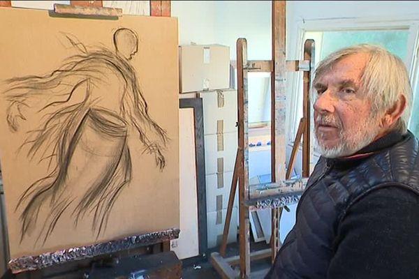Claude Quiesse, peintre et sculpteur, dans son atelier de Lion sur mer.