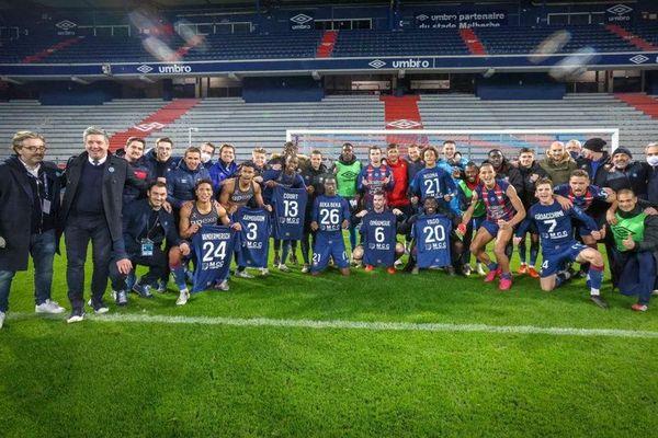 une photo officielle prise pour les supporters alors que le match s'est joué à huis-clos. Des supporters qui n'étaient pas là pour partager ce moment de joie avec eux !