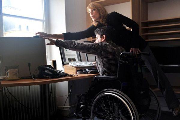 Julien, handicapé à mobilité réduite et mal-voyant travaille au conseil régional de Basse-Normandie à Caen.