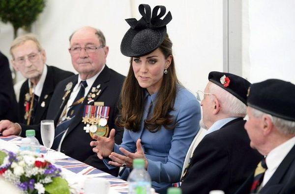"""La Princesse Kate, duchesse de Cambridge, lors d'une """"tea party"""" à Arromanches avec les vétérans"""