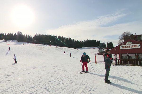 Le port du casque n'est pas obligatoire sur les pistes de ski alpin, mais fortement recommandé.