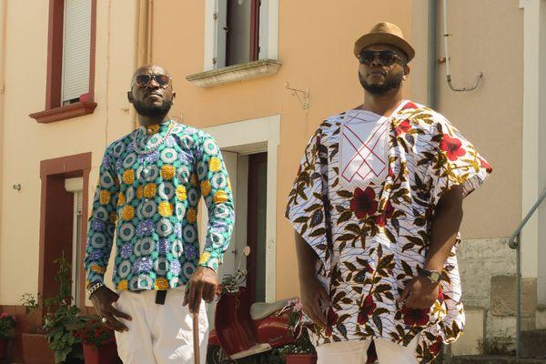 Les artistes Newton (coiffé d'un chapeau) et El Jefe lors du tournage d'un clip à Trentemoult (Loire-Atlantique)