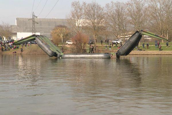 La barge peut se déployer en un pont flottant