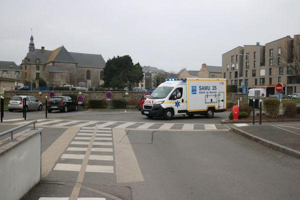 Après leur transport par avion jusqu'à Dinard, les deux patients Covid de Grasse sont arrivés par ambulance au centre hospitalier de Saint-Malo