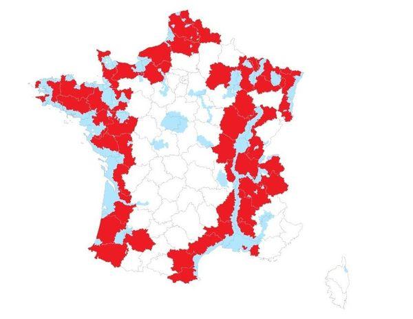 Carte des zones concernées par les mesures de prévention (zones à risque particulier en bleu, départements en rouge).