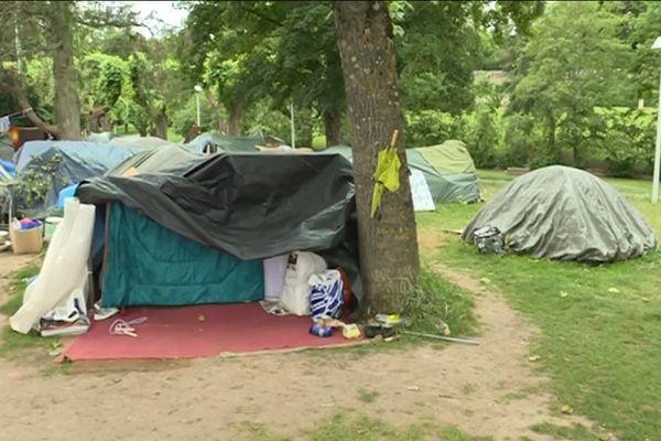 Le campement de migrants, installé dans le jardin public du Vallon des Rigolettes à Mâcon depuis fin février
