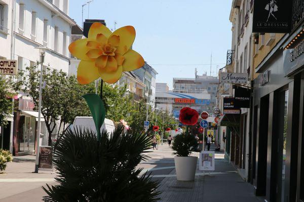 Des dizaines de fleurs géantes et de mobiles fleuris ont envahi le centre ville et bientôt les quartiers de Saint-Nazaire