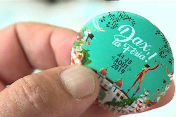 Vendu 5 euros, ce badge est l'option choisie pour l'instant par Dax pour maintenir la gratuité de ses fêtes.