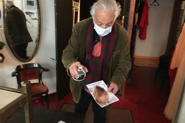 le maître des lieux, Michel Bruzat, accueille, dans le respects des gestes et consignes sanitaires.