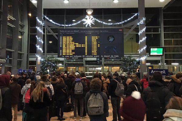 Trains supprimés après un accident de personne : l'attente des informations en gare de Nancy (Meurthe-et-Moselle), vendredi 14 décembre 2018.