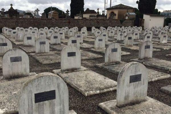 300 tombes blanches sous lesquelles reposent les victimes juives des déplorables conditions de vie du camp d'internement du Récébédou.