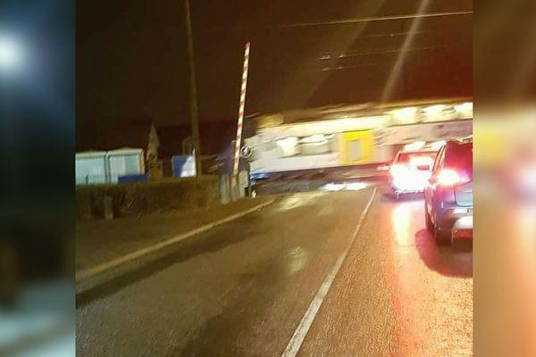 L'image d'un train qui franchit un passage à niveau ouvert à Mazingarbe est très partagée depuis mercredi soir, mais elle est trompeuse.