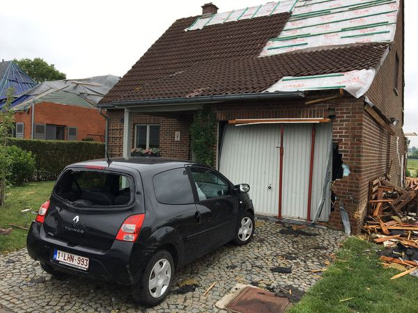 La voiture de Pierre et Pasqualine s'est retrouvée projetée contre la porte du garage, aujourd'hui détruit / Beauraing, 22 juin 2021