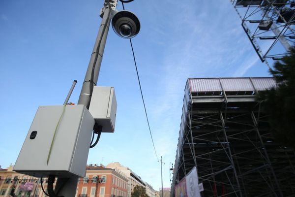 """Deux associations de défense des droits fondamentaux demandent de suspendre la mise en place d'un système de vidéosurveillance qualifié """"d'intelligent"""" à Marseille."""