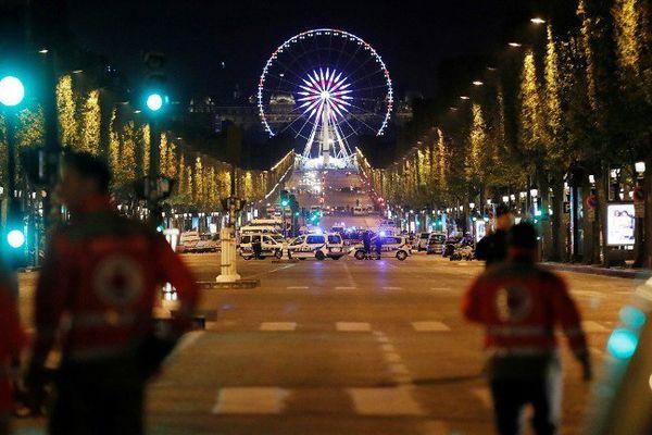 Des secouristes sur les Champs-Elysées, le 20 avril 2017.
