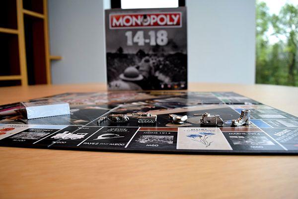 Les rues du célèbre jeu de société sont remplacées par les batailles les plus importantes de la Première Guerre mondiale. Certains pions représentent des chars d'assaut...