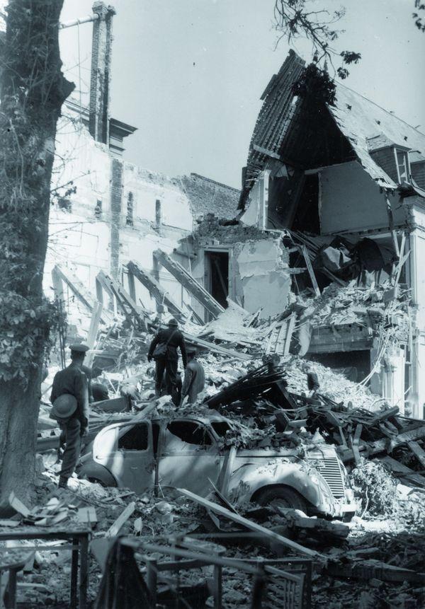 Le chaos rue Héronval après les bombardements allemands sur Arras le 19 mai 1940.