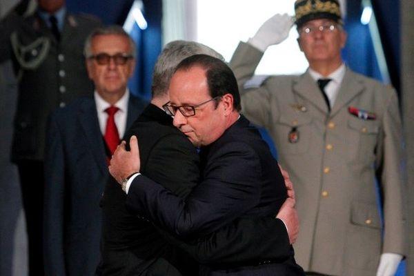 Les présidents français et allemand se sont donnés dimanche une longue accolade