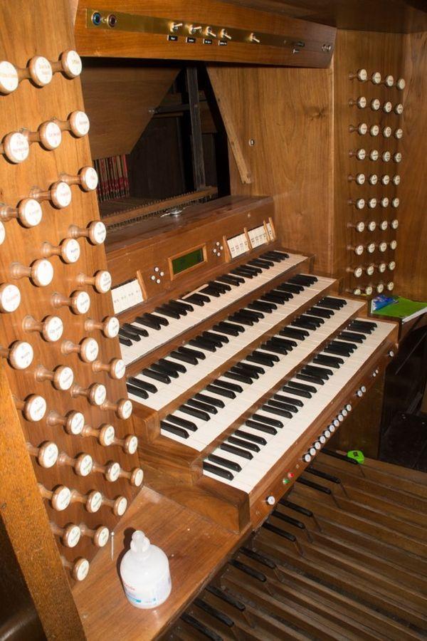 L'orgue de la basilique de Saint-Quentin comporte quatre claviers, après restauration un cinquième sera ajouté