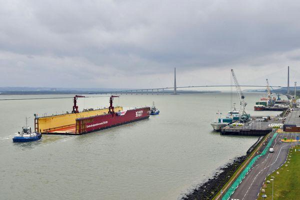 Venant du Havre et de l'estuaire de la Seine, le nouveau dock flottant de Rouen débute sa remontée du fleuve devant Honfleur.
