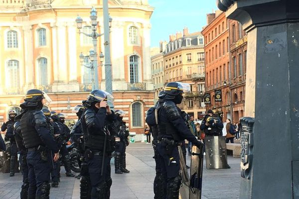 Des CRS en poste Place du Capitole le 9 janvier 2020 pour la manifestation des Gilets Jaunes.