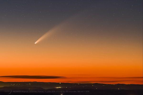Guillaume Cannat,journaliste et auteur scientifique de plus de 50 ouvrages sur l'astronomie a photographié la comète Neowise, au crépuscule le samedi 11 juillet depuis le Mont-Aigoual, dans le parc national des Cévennes.