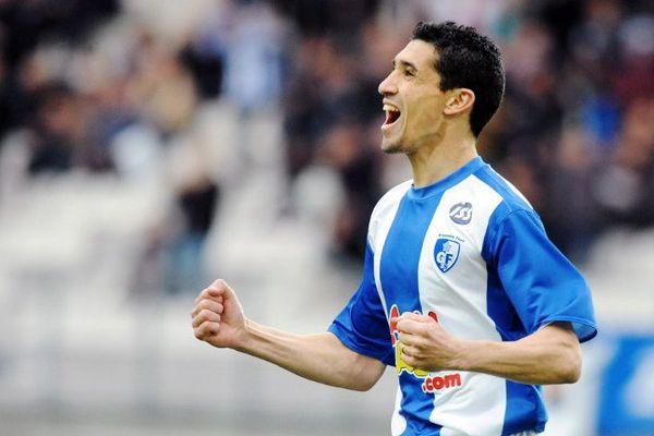 Nassim Akrour jubile après un but contre Lorient, le 3 avril 2010 au Stade des Alpes avec Grenoble.