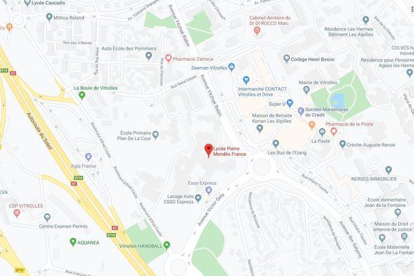 L'agression a eu lieu ce mercredi 29 janvier à 16h15 devant le lycée Pierre Mendès-France. Un Jeune de 17 ans gravement blessé.
