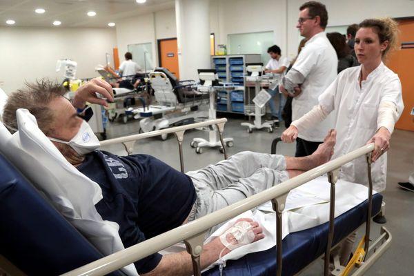 Les urgences des petits hôpitaux se préparent à un afflux de patients (Illustration aux Urgences de la Timone (APHM) à Marseille)