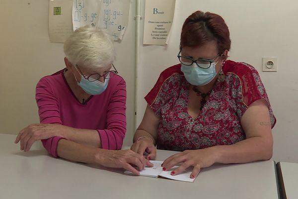 Corinne Coquelle (à droite) a appris à lire et écrire grâce aux bénévoles de l'association du Cardan.