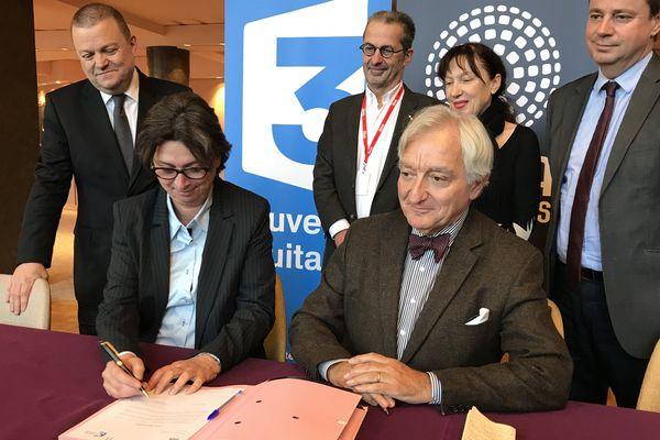 """Laurence Meyerfled, directrice régionale de France 3 Nouvelle-Aquitaine et Philippe Pauliat-Defaye, adjoint à la culture de la Ville de Limoges signent la convention """"Opéra Kids"""""""