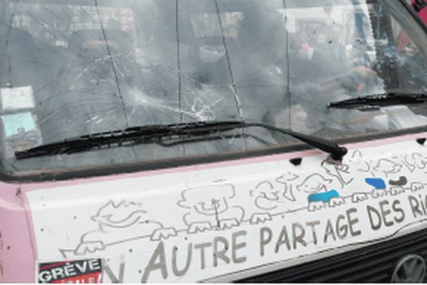 """Vitres brisées du camion de """"Solidaires"""""""