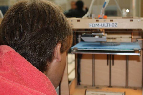 Le FunLab met à disposition des adhérents et des visiteurs une imprimante 3D mais aussi une fraiseuse ou une brodeuse numérique.