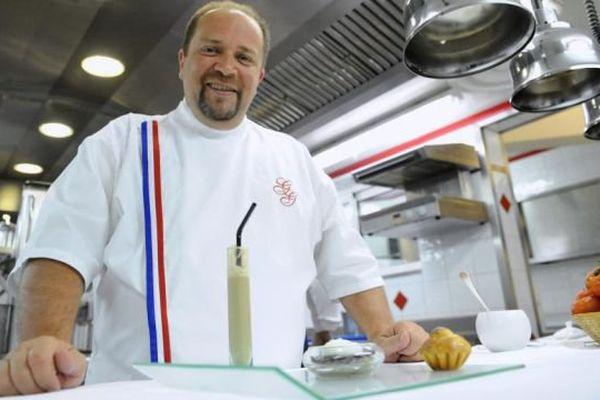 Le chef Gilles Goujon, trois étoiles au Michelin, pose dans son restaurant L'Auberge du Vieux Puits, à Fontjoncouse, dans l'Aude - archives