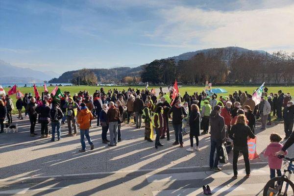 Environ 300 personnes se sont rassemblées devant la préfecture de Haute-Savoie ce samedi.