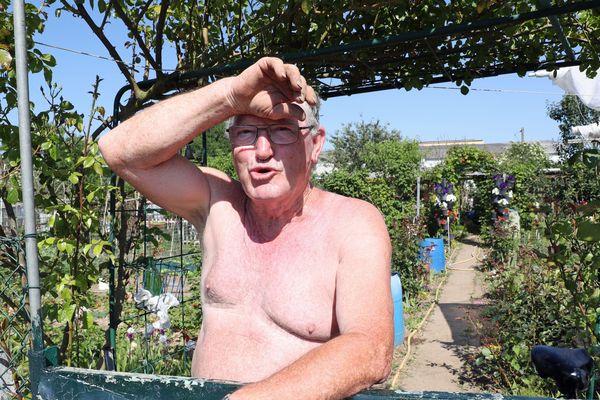 Un homme se protège les yeux du soleil à Mulhouse.