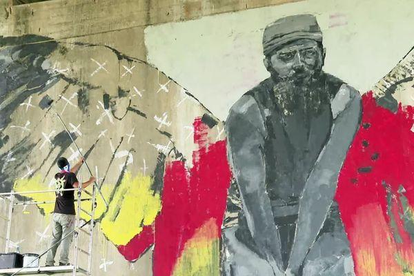 Le street artiste cubain Mr Myl en pleine création sous le pont d'Aquitaine à Bordeaux