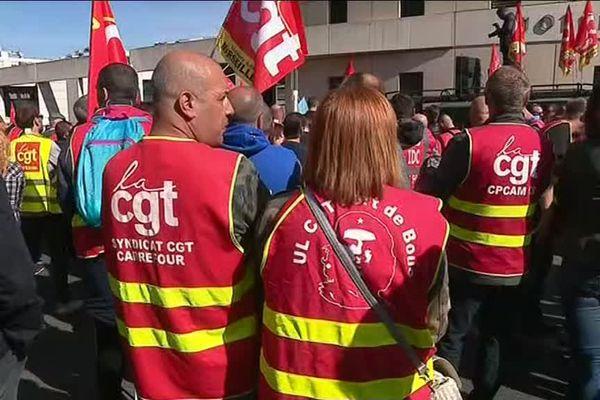 Les manifestants se sont rassemblés ce matin devant le commissariat d'Aix-en-Provence avant de poursuivre le cortège devant la sous-préfecture.