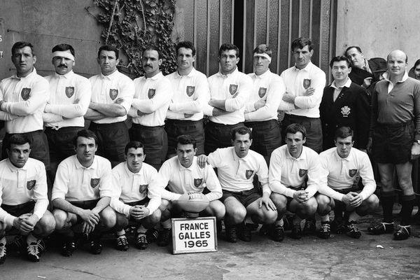 Jean Piqué (en bas, à gauche) avant le match France - Galles en 1965