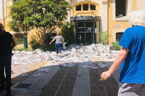 Les salariés de la SAD mobilisés ce mercredi avec la CGT ont jeté des journaux devant l'entrée de la DRAC à Aix-en-Provence.
