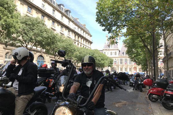 Plusieurs centaines de motards ont manifesté contre le projet de la mairie de Paris de rendre payant le stationnement des deux-roues motorisés.